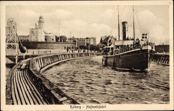 Ak Kołobrzeg Kolberg Pommern, Hafeneinfahrt, Fährschiff
