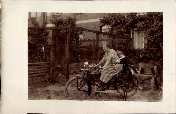 Foto Ak Mutter mit Kind auf einem Motorrad