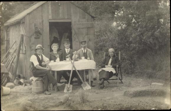 Foto Ak Holzhütte, Geräteschuppen, Schaufeln, Kaffeepause am Esstisch
