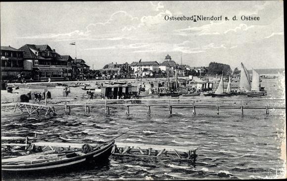 Ak Niendorf Timmendorfer Strand Ostholstein, Strand m. Bootsstegen, Segelboote, Umkleidewägen