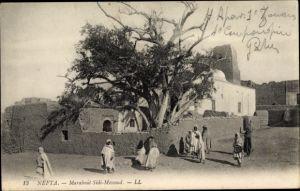 Ak Nefta Tunesien, Marabout Sidi Messoud, Tunesier vor Gebäude