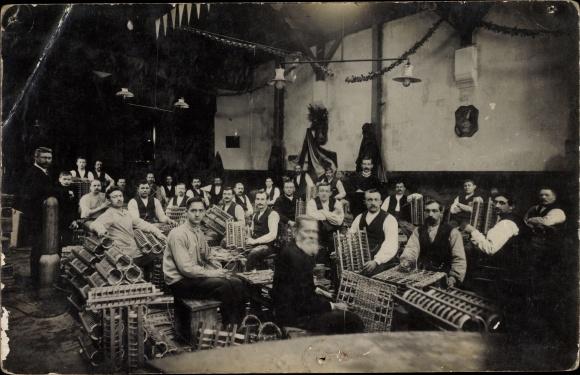 Foto Ak Korbmacher in einer Werkstatt, Gruppenportrait
