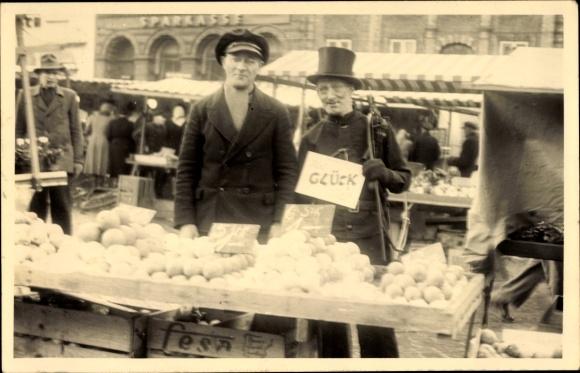 Foto Ak Schornsteinfeger auf einem Marktplatz, Obsthändler, Sparkasse