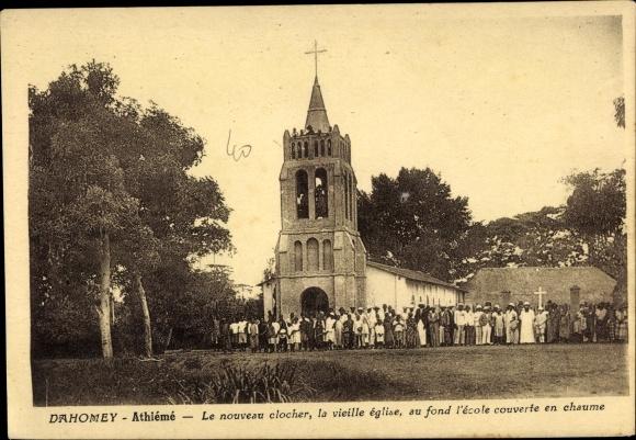 Ak Dahomey Benin, Athiémé, Le nouveau clocher, la vieille église, au fond l'école couverte en chaume