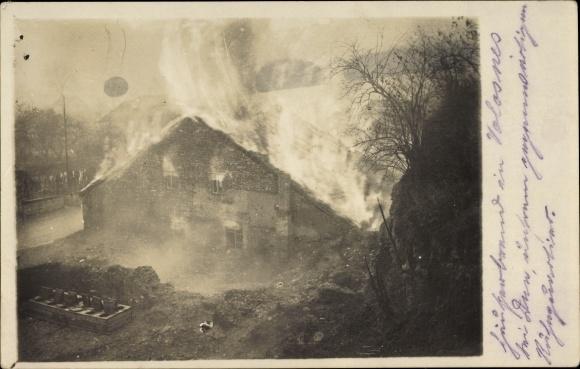 Foto Ak Velosnes Meuse, Brennendes Haus, I. WK