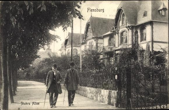Ak Flensburg in Schleswig Holstein, Stuhrs Allee, Passanten, Villen