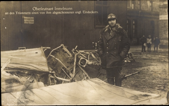 Ak Jagdflieger Oberleutnant Max Immelmann, Trümmer eines abgeschossenen engl. Eindeckers, Sanke 342