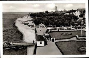 Ak Laboe Probstei Ostsee, Strandpartie m. Ehrenmal, Seebrücken, Parkanlage, Häuser, Passanten