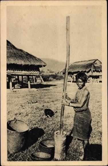 Ak Dalat Vietnam, Vieille femme Moi décortiquant du riz