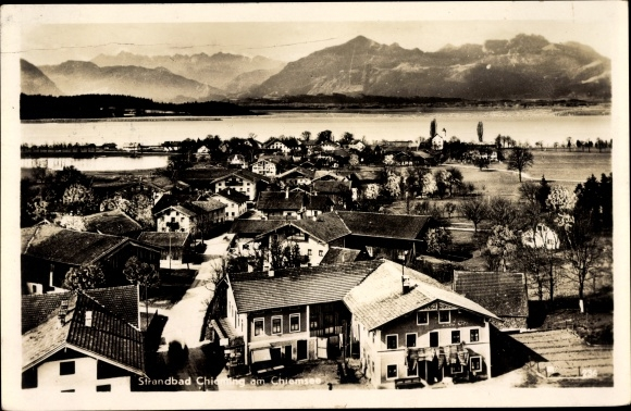 Ak Chieming in Oberbayern, Blick über die Dächer der Stadt, Chiemsee und Alpen