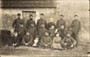 Foto Ak Französische Soldaten in Uniformen, Bauernhof, Frauen