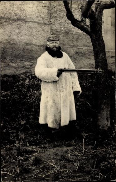 Foto Ak Deutscher Soldat in Uniform, Standportrait, Wintermantel, Gewehr, Pickelhaube, I. WK
