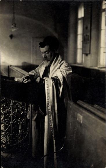 Foto Ak Jude beim Gebet in einer Synagoge, Rabbiner