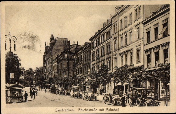Ak Saarbrücken im Saarland, Blick auf die Reichsstraße mit Bahnhof