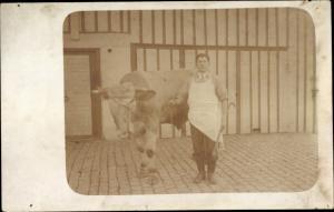 Foto Ak Schlachter mit einer Kuh, Stier, Rind, Bauernhof