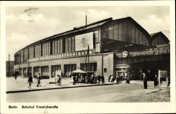 Ak Berlin, Bahnhof Friedrichstraße, Straßenseite, Buchhandlung, Passanten