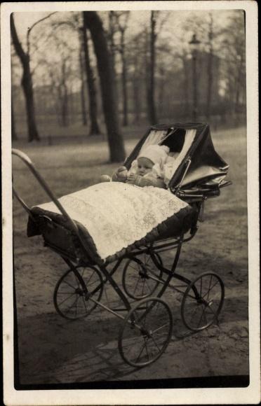 Foto Ak Baby in einem Kinderwagen, Kleinkind