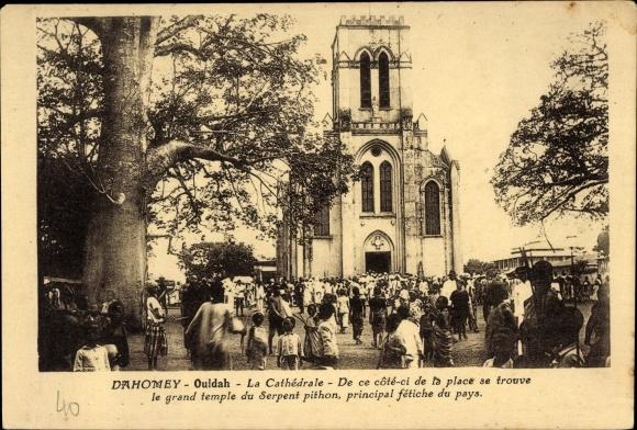 Ak Ouidah Dahomey Benin, La cathédrale, le grand temple du serpent pithon, Kathedrale, Passanten