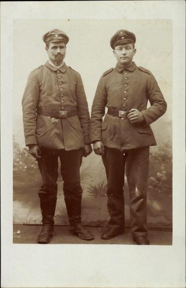 Foto Ak Deutsche Soldaten in Uniformen, Kragenspiegel XII, Schirmmützen, Gürtelschnallen