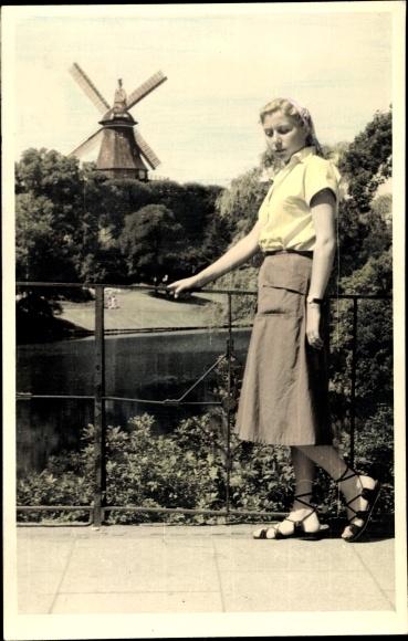 Foto Ak Junge Frau in Rock, Sandalen, Windmühle