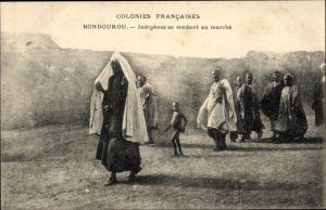 Ak Bondoukou Elfenbeinküste, Indigenes se rendant au Marche