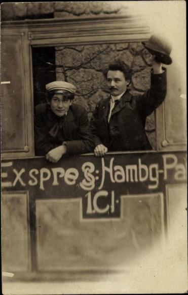 Foto Ak Zwei Reisende in einem Zugabteil, Fotomontage