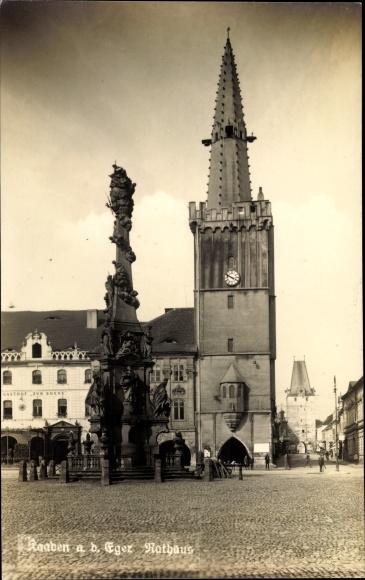 Foto Ak Kadaň Kaaden Reg. Aussig, Rathaus, Marktplatz, Säule