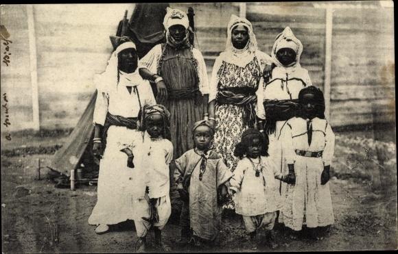 Ak Afrika, Afrikanische Frauen und Kinder in Gewändern, Schmuck