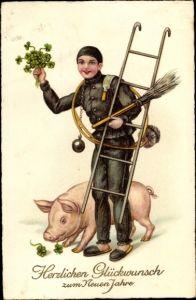 Ak Glückwunsch Neujahr, Schornsteinfeger mit Leiter, Glücksschwein, Kleeblätter