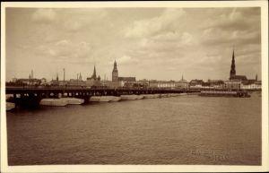Foto Ak Riga Lettland, Düna, Schiffbrücke, Petrikirche