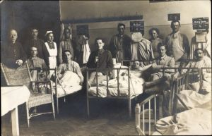 Foto Ak Deutsche Soldaten im Lazarett, Krankenbetten, Krankenschwestern, I. WK