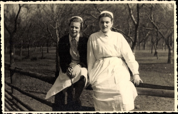 Foto Ak Zwei Krankenschwestern in Dienstuniformen