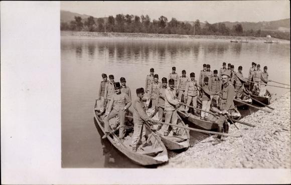 Foto Ak Kuk Truppen, Pioniere?, Boote am Ufer