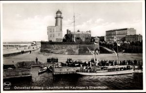 Ak Kołobrzeg Kolberg Pommern, Leuchtturm mit Kaufmann's Strandhotel