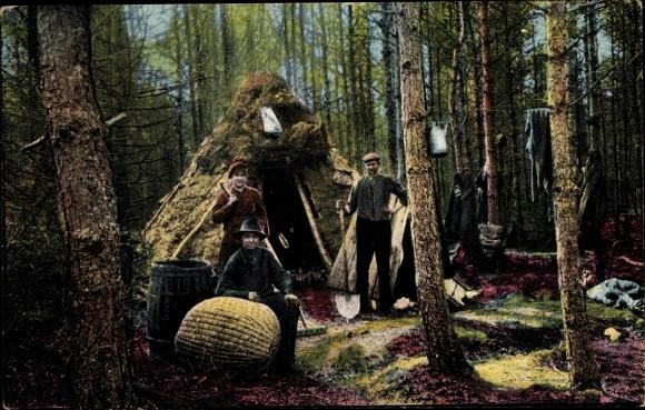 Ak Köhler bei der Arbeit, Kohlenmeiler, Korb, Werkzeuge, Wald