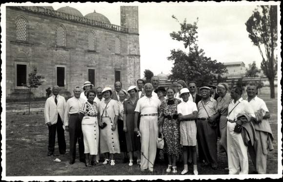 Foto Ak Türkei?, Touristen vor einem Gebäude, Gruppenfoto