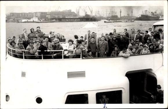 Foot Ak Hamburg Altstadt, Passagiere auf einem Schiff, Landungsbrücken