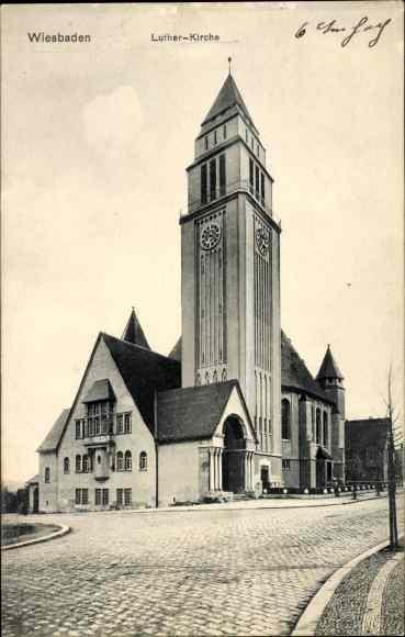 Ak Wiesbaden in Hessen, Luther Kirche, Blick über eine Kreuzung