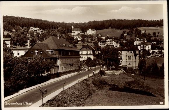 Ak Brückenberg b. Krummhübel Riesengebirge Schlesien, Straßenpartie, Hotel Rübezahl, Wohnhäuser