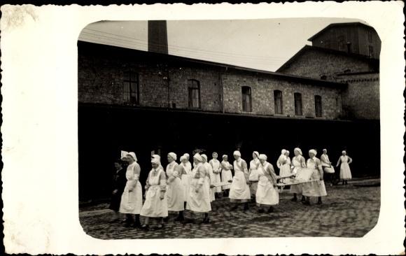 Foto Ak Krankenschwestern mit Krankentragen, I. WK
