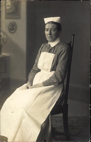 Foto Ak Krankenschwester in Dienstuniform, Sitzportrait