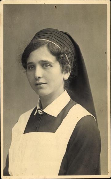 Foto Ak Krankenschwester in Dienstuniform, Brosche H+S