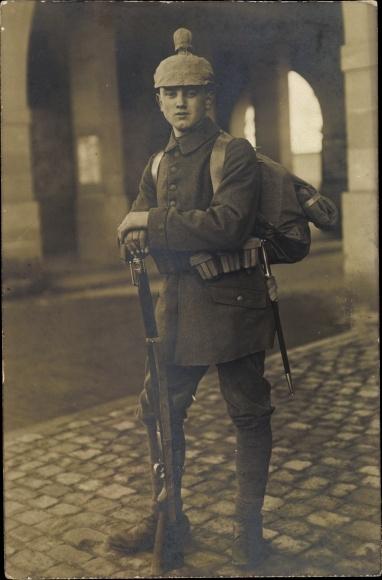 Foto Ak Deutscher Soldat in Uniform, Standportrait, Pickelhaube mit Schutzüberzug, Gewehr