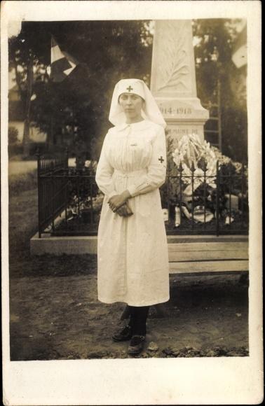 Foto Ak Krankenschwester in Dienstuniform, Portrait vor einem Kriegerdenkmal, I. WK