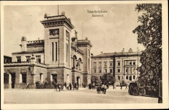 Ak Saarbrücken im Saarland, Bahnhof, Außenansicht