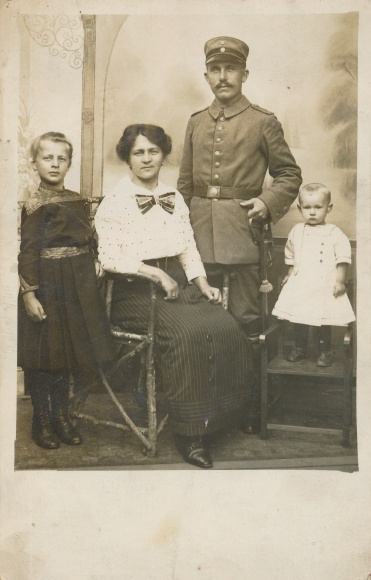 Foto Ak Deutscher Soldat in Uniform, Familienportrait, Gattin, Kinder, I. WK