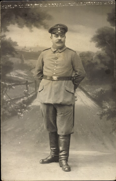 Foto Ak Deutscher Soldat in Uniform, Standportrait, Stiefel