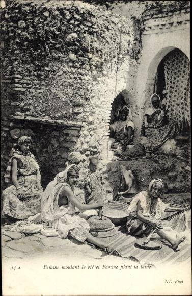 Ak Femme moulant le blè et Femme filant la laine, Frau mahlt Weizen