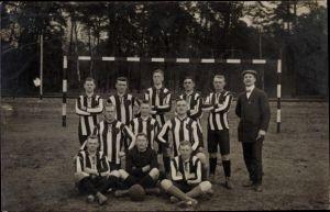 Foto Ak Gruppenfoto einer Fußballmannschaft vor dem Tor