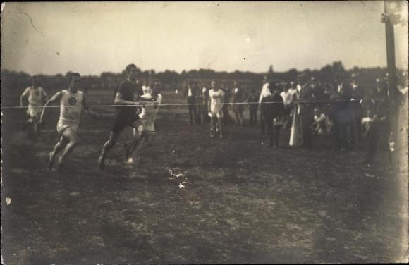 Foto Ak Leichtathleten bei einem Wettrennen, Zuschauer
